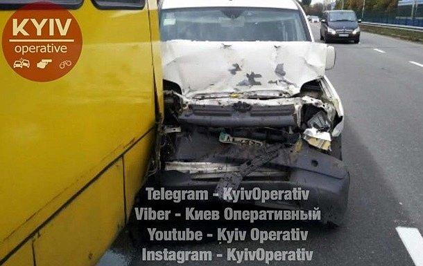 В Киеве автомобиль врезался в маршрутку с пассажирами (фото)