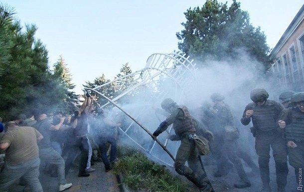 В столкновениях под судом в Черноморске пострадали 35 правоохранителей