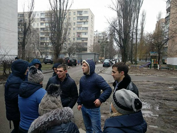 В Киеве на глазах у детей избили отца ребенка, который не захотел сдавать деньги в детсад