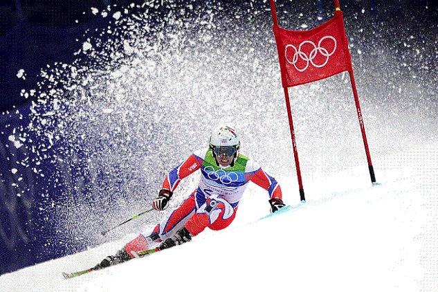 Лыжник изШвейцарии поднялся наэскалаторе как супермен