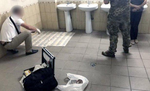 Инспектор ГФС, которую поймали со взяткой в туалете, отделалась штрафом