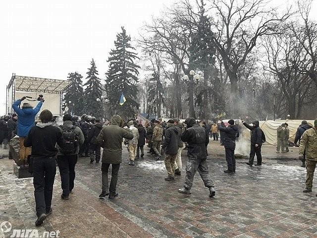 УРады произошла потасовка между правоохранителями ипротестующими, попытавшимися сжечь флагРФ