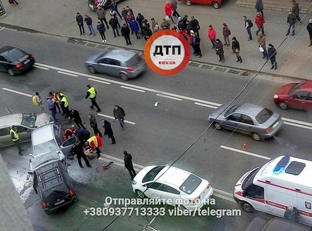 За жизнь боролись 20 минут: в Киеве случилось масштабное смертельное ДТП (фото)