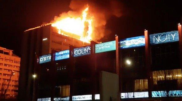 ВГрозном эвакуировали гостей торгового центра, расположенного рядом сгорящей многоэтажкой