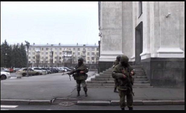 «Беркут» захватил Луганск, боевиков завозят из Ростова: кадры переворота (фото)
