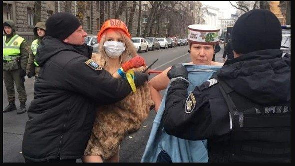 Под офисом Порошенко застукали голых женщин (фото 18+)