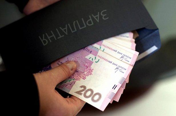 В Украине поднимут зарплаты чиновникам: стало известно на сколько