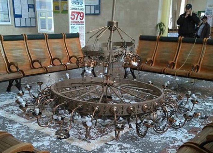 В «Укрзализныце» проинформировали , почему упала люстра на ж/д вокзале Херсона