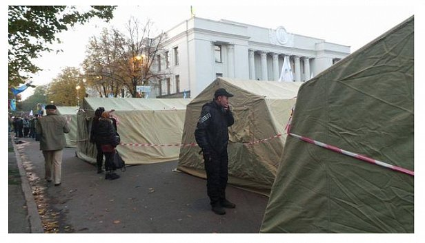 Под Радой установили 14 палаток (видео)