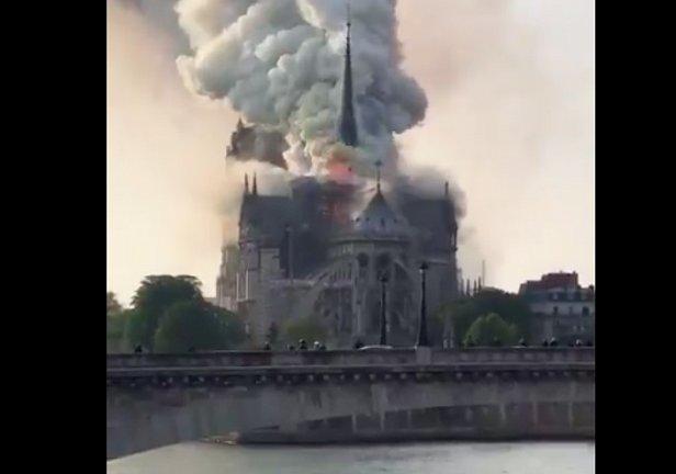 фото - горит Собор Парижской Богоматери в Париже