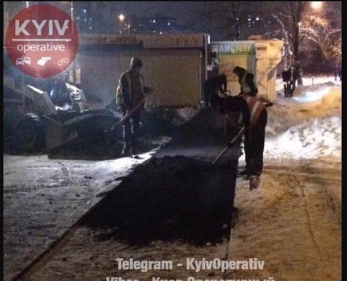 И так сойдет: коммунальщики Киева укладывают асфальт на снег, сеть в ауте (фото)