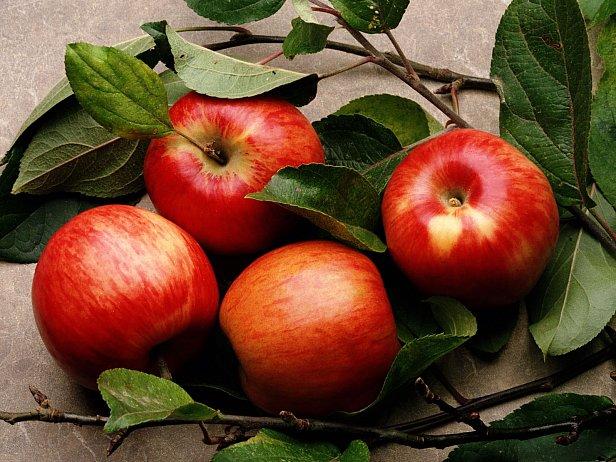 На фото - яблоки
