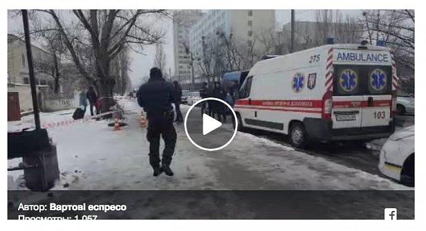 СРОЧНО: В Киеве зарезали мужчину на остановке за замечание