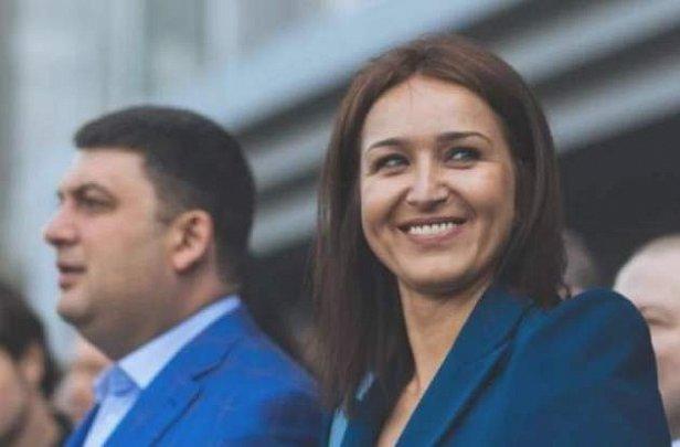 Гройсман  показал на своей  жене, как ввозить евробляхи в Украину