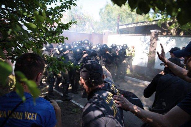 Столкновения Нацкорпуса с силовиками: активисты пришли к дому Левочкина