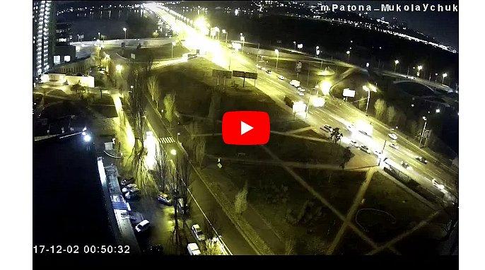 Появилось видео смертельного ночного ДТП на выезде с моста Патона в Киеве