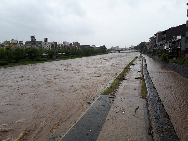 Япония и Китай ушли под воду: эвакуированы тысячи людей