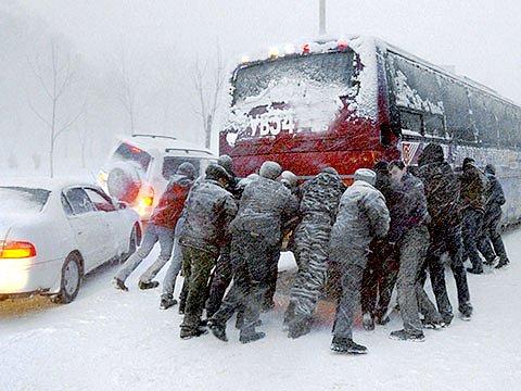Спасатели освобождают транспорт на дорогах Украины - ГосЧС
