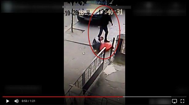 В Черновцах работник полиции зверски избил мужчину (видео 18+)