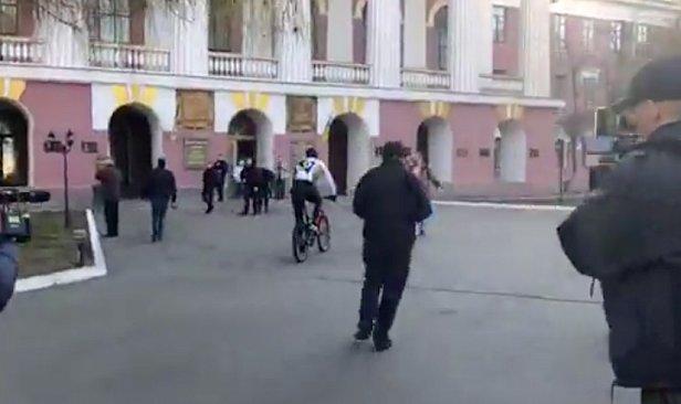 Кличко приехал на велосипеде в военный лицей для голосования