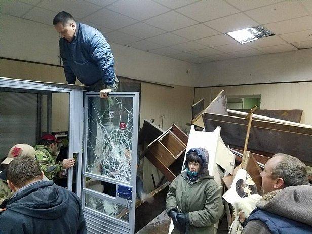Разбитые стекла и баррикады из кирпичей: журналист показал, что происходит в Святошинском суде (фото)