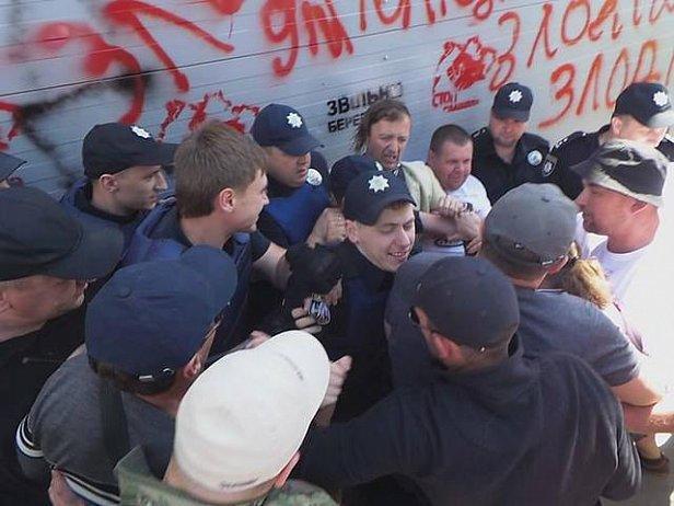 Активисты попытались снести забор у Днепра в Конча-Заспе и подрались с полицией