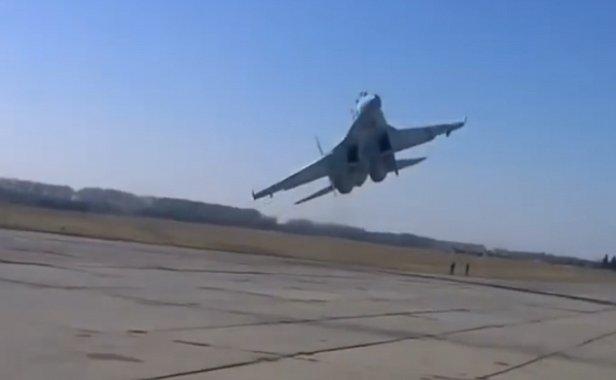 У украинского истребителя на учениях во время посадки отказало шасси, но пилот сумел его посадить