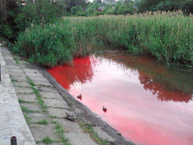 Стала как кровь: река в Запорожье внезапно поменяла цвет