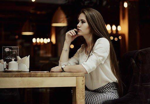 Фото — Девушка в ресторане