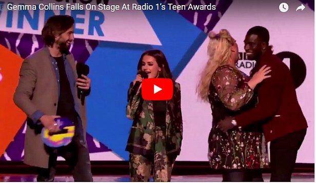 Пышнотелая британская певица провалилась под сцену во время шоу (видео)