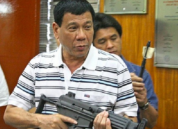 фото - Президент Филиппин с автоматом