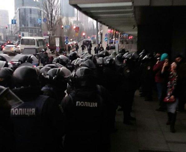В центре Киеве полиция плотным кольцом окружила ТЦ (фото)