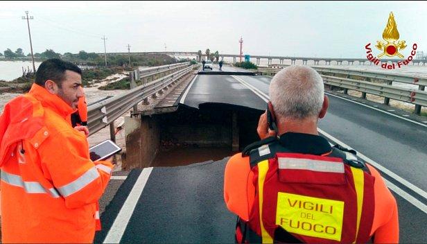 Обвалился еще один мост: фото и видео с места ЧП