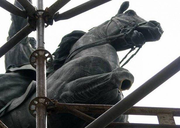 На фото памятник Щорсу со спиленной конечностью коня