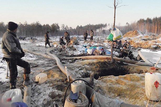 Янтарные войны: украинцев поразили масштабы добычи драгоценного камня
