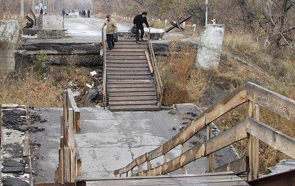 Фото - Разрушенный мост в Станице Луганской