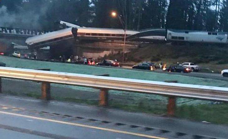Пассажирский поезд рухнул с моста на шоссе: первые подробности