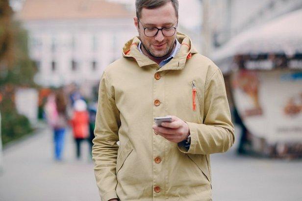 фото - человек с телефоном
