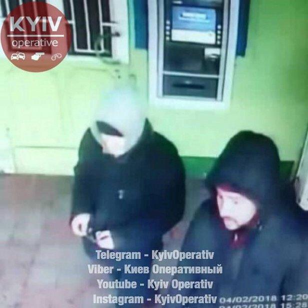 Пытались снять деньги: в Киеве наглые воры попали на камеры (фото)