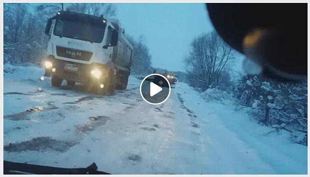 Асфальт на снег: в сети показали, как делают дорогу во Львовской области