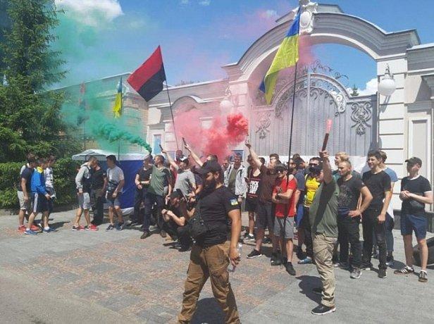 Фото - ОУН пикетирует дом Порошенко: горят шины и фаеры