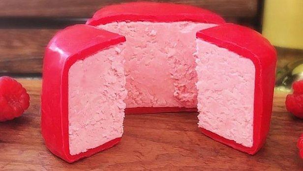 Британцы создали розовый сыр со вкусом малины