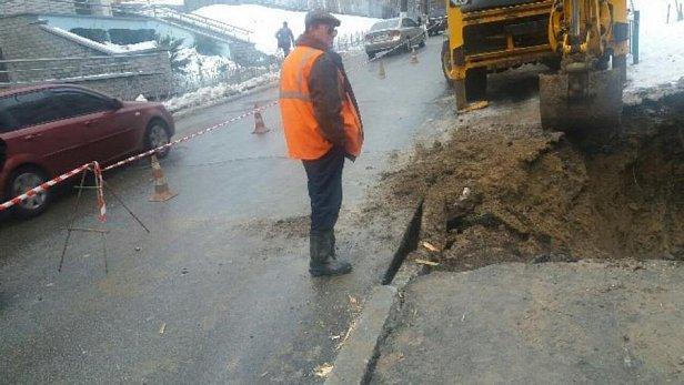 Киевавтодор: в Соломенском районе столицы обвалился тротуар