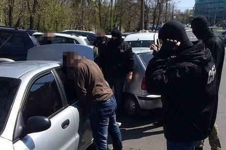 На фото момент задержания провокатора из Харькова