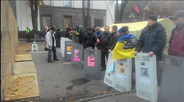 Под Радой выстроились со щитами, озвучен план действий (фото)