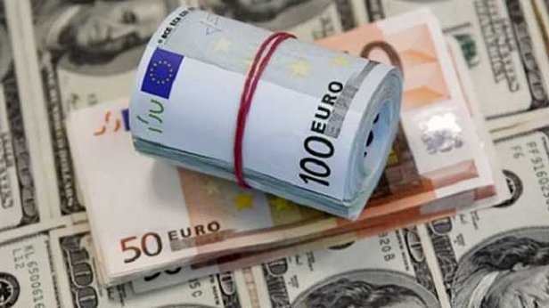 Евро приблизился к психологической отметке: курс валют