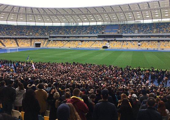 Появились кадры с неба количества людей на стадионе с Порошенко