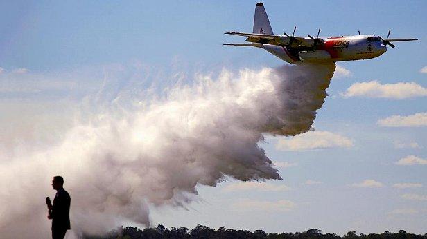 Фото — Самолёт на тушении пожара