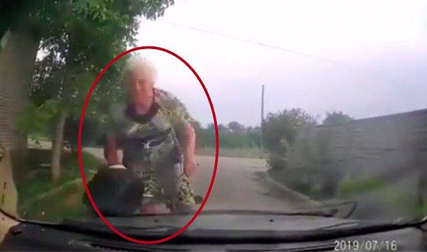 Пенсионерка на велосипеде врезалась в авто полиции: видео ДТП