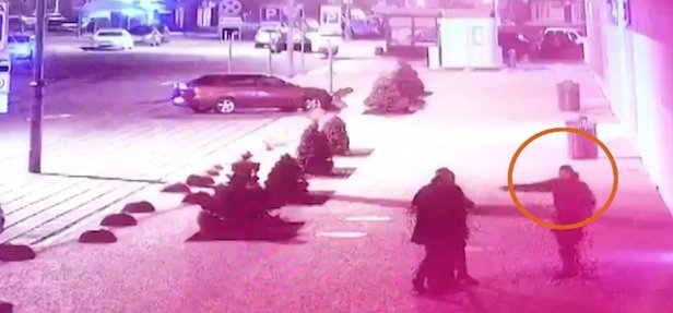 Фото — Боевик стреляет по полицейским